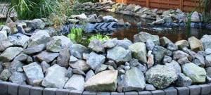 Ein Naturteich mit Natursteinen ist schnell angelegt. Die Folie ist allerdings nicht geschützt!