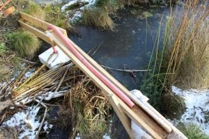 Winterkollektion 02 zeigt den selbst gebauten Bachlauf aus Holz, für den Winter