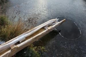 """Winterkollektion 03 Die Holzrinne ist mit einer Plastikfolie ausgekleidet, damit die Rinne nicht vom Frost """"gesprengt"""" wird und das Wasser zurück in den Naturteich fließt"""