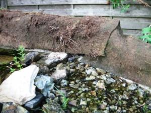 Solche Übergänge können mit Mörtel und Steinen verdeckt werden