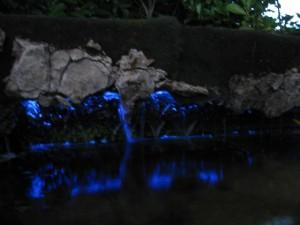 Wasserfall im blauen Licht